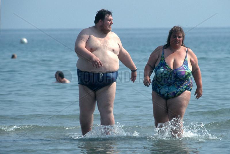 Selbstbewusste Dicke am Strand
