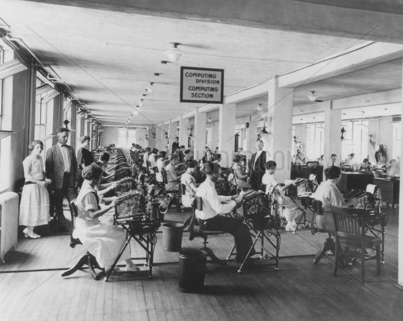 Maenner und Frauen an Schreibmaschine,  Grossraumbuero USA