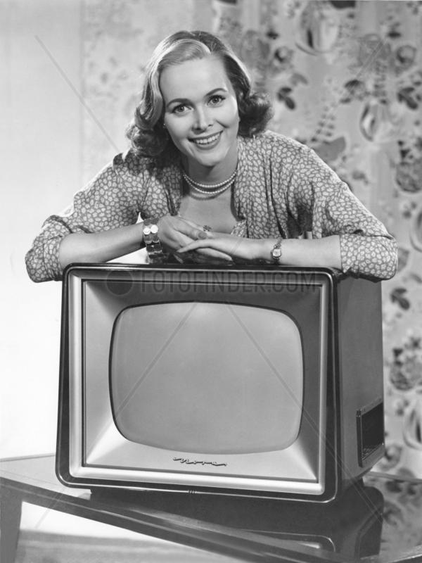 Frau posiert mit Fernseher
