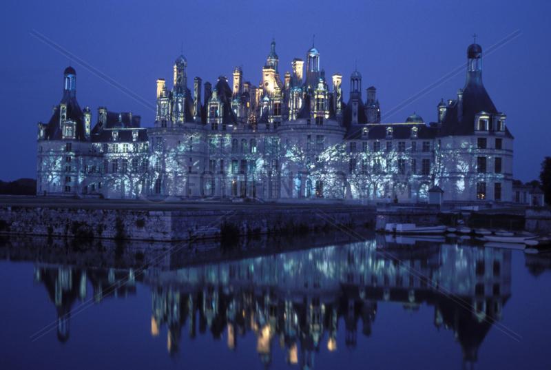 beleuchtetes Schloss Chambord spiegelt sich in der Loire