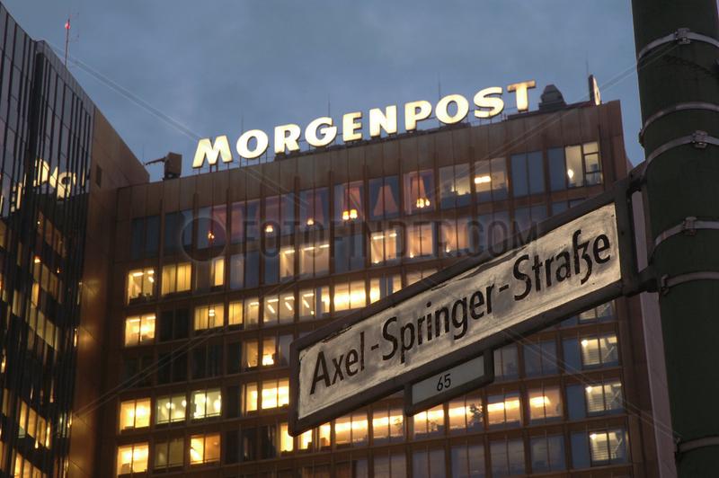 Abendaufnahme des Verlagshauses Axel Springer mit Strassenschild
