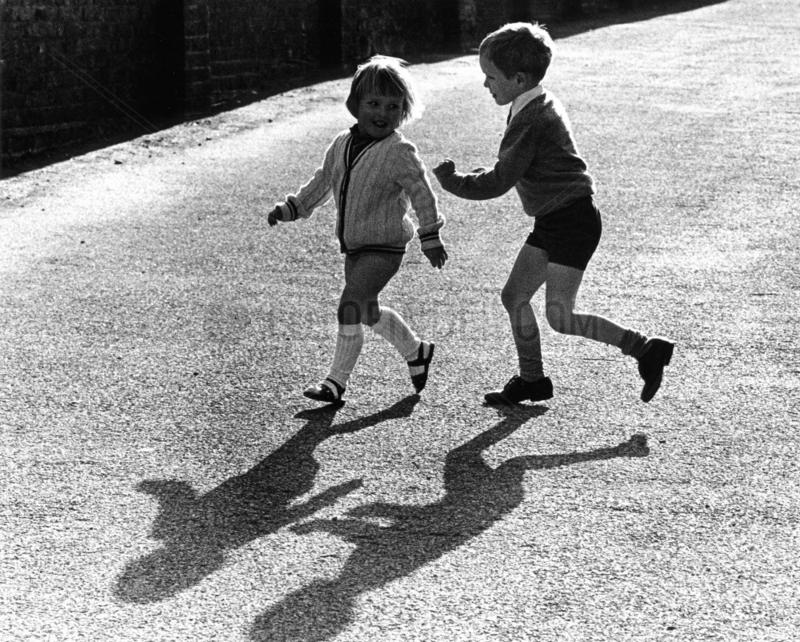 Bruder und Schwester spielen zusammen