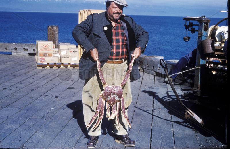 Mann posiert mit riesigem Krebs