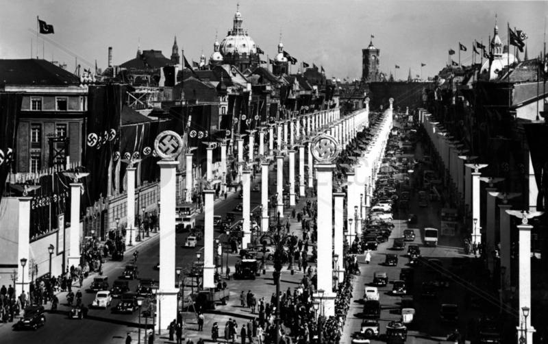 Berlin ca 1936 Hakenkreuzfahnen