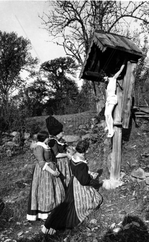 Frauen knien vor Christus-Kreuz, 1920