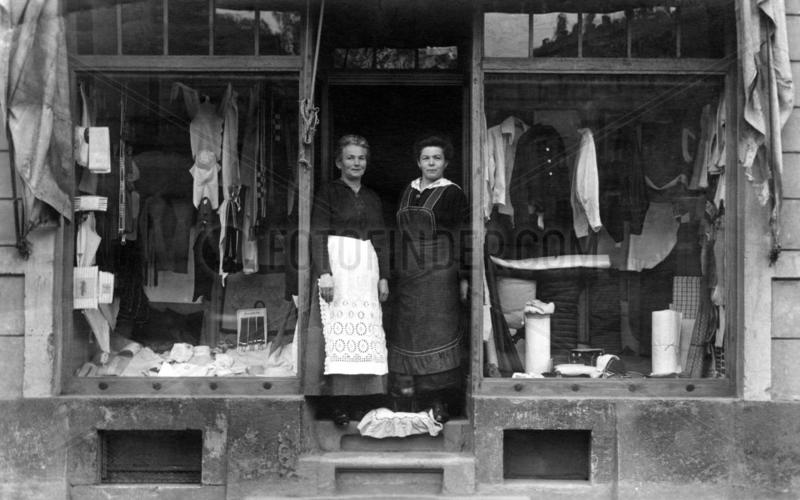 Zwei Frauen vor Laden