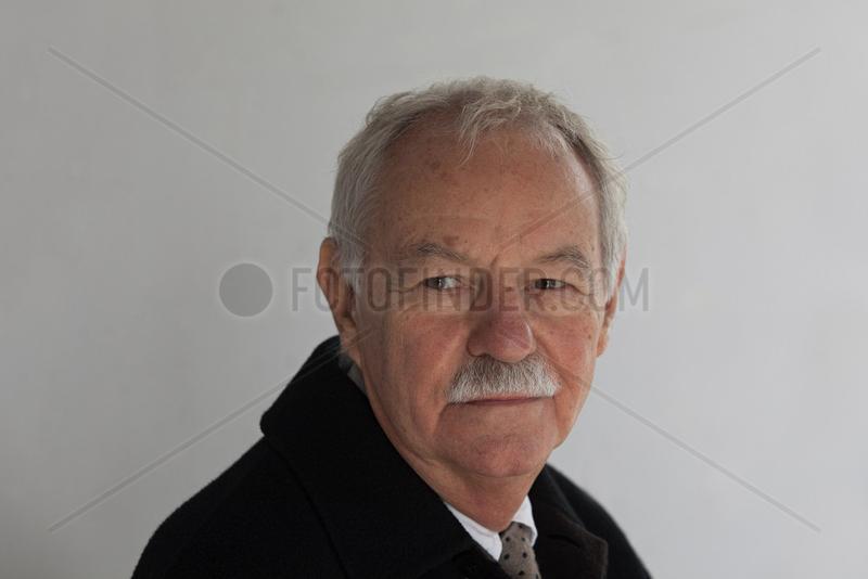 MENDOZA,  Eduardo - Portrait of the writer
