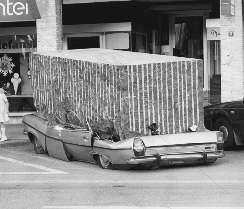 Stein quetscht Auto