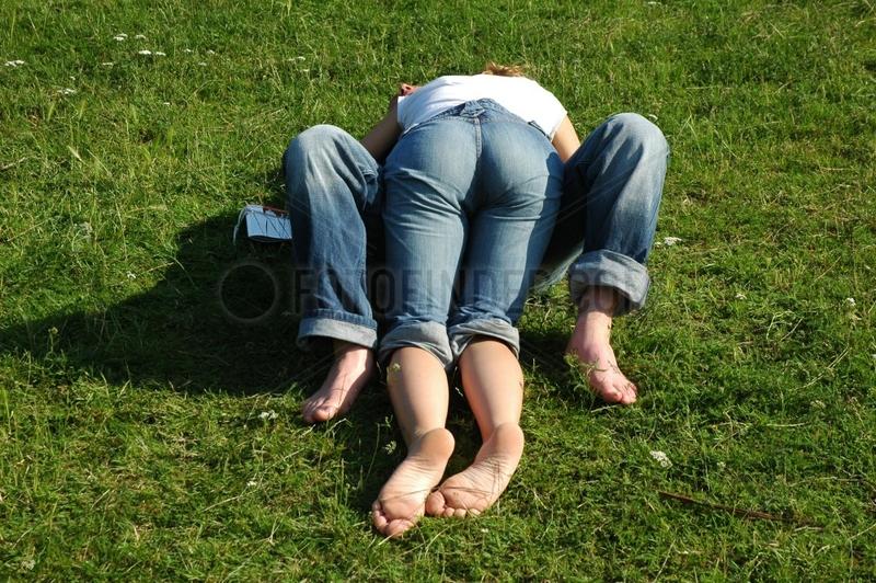 Paar knutscht im Park