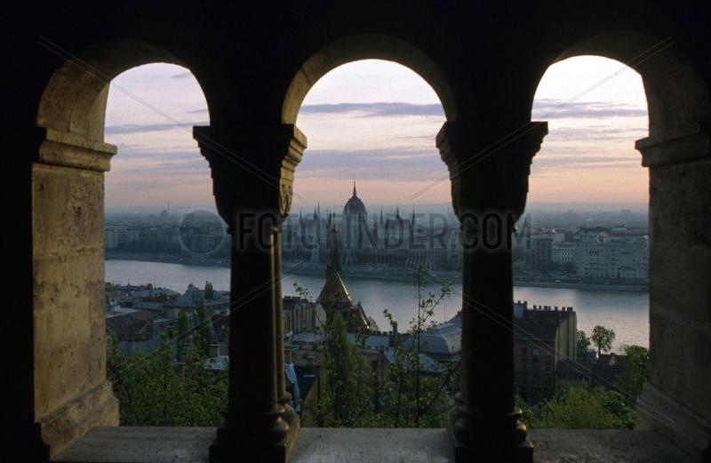 Blick von Fischerbastei ueber Donau auf Parlament