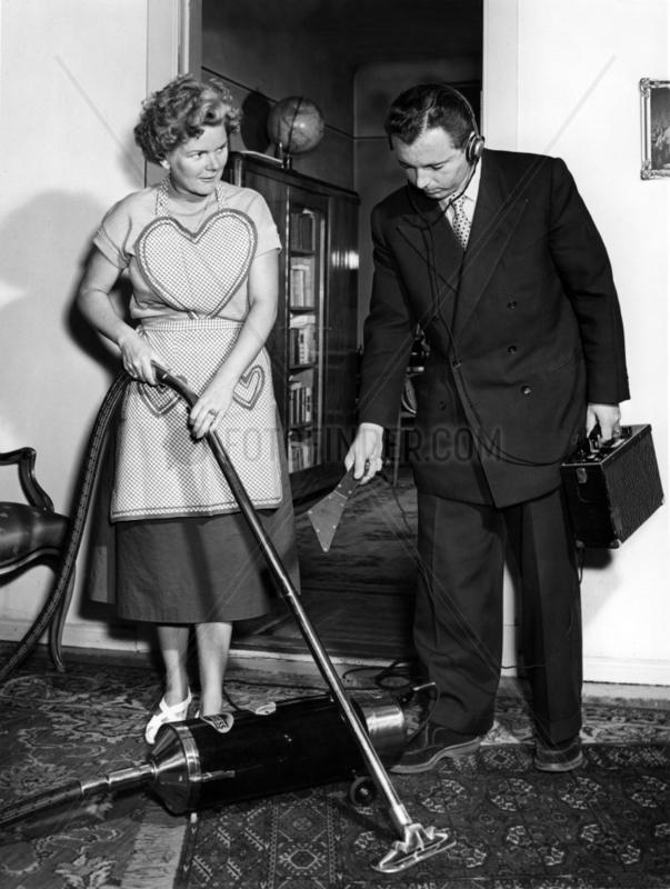 Mann und Frau mit Staubsauger 50th
