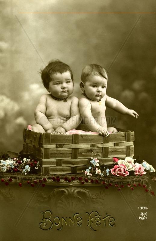 Zwei dicke Babys im Korb, 1910