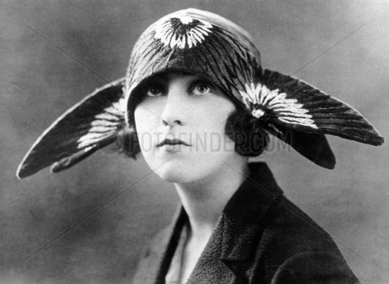 Frau mit komischem Hut,  1920