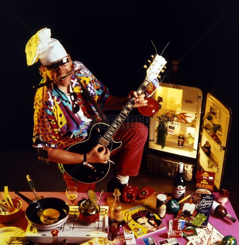 verrueckter Koch spielt E-Gitarre