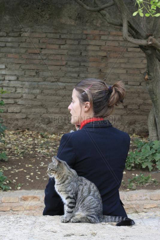 Katze und Aufseherin in La Alhambra