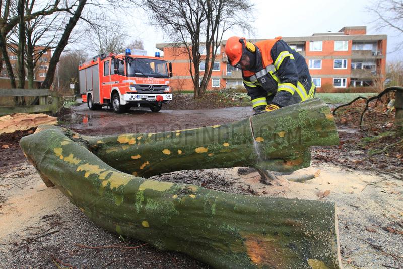 Flensburg,  Deutschland,  Feuerwehrmann raeumt nach dem Orkan Xaver auf