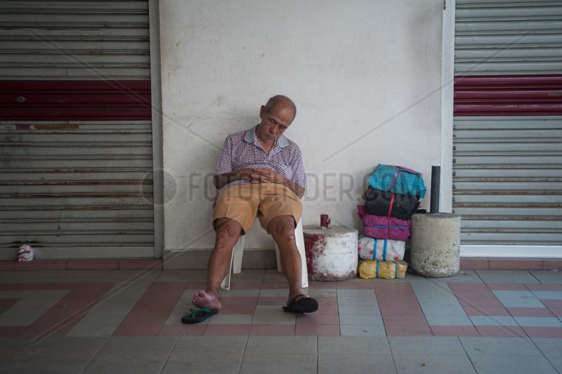 Singapur,  Republik Singapur,  Mann schlaeft in Chinatown