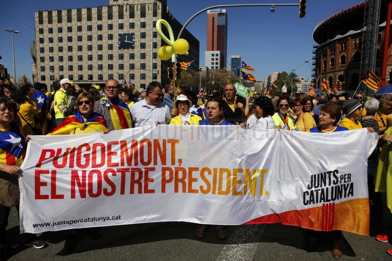 Barcelona,  Spanien - Mehr als eine halbe Million Menschen bei einer friedlichen Demonstration fuer die Unabhaengigkeit Kataloniens