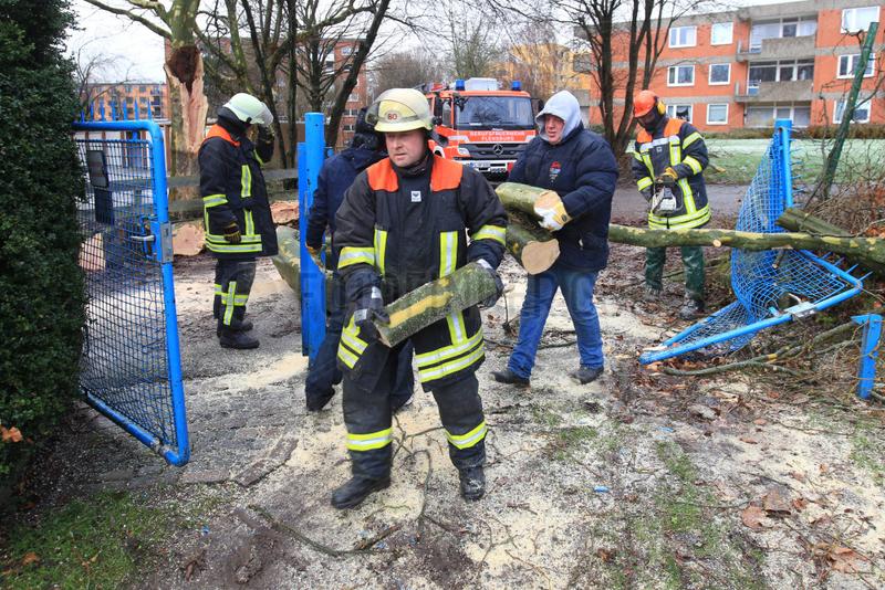 Flensburg,  Deutschland,  Feuerwehr und Anwohner raeumen nach dem Orkan Xaver auf