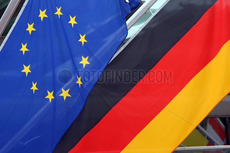 Reischach,  Italien,  Fahne der Europaeischen Union und Nationalfahne der Bundesrepublik Deutschland