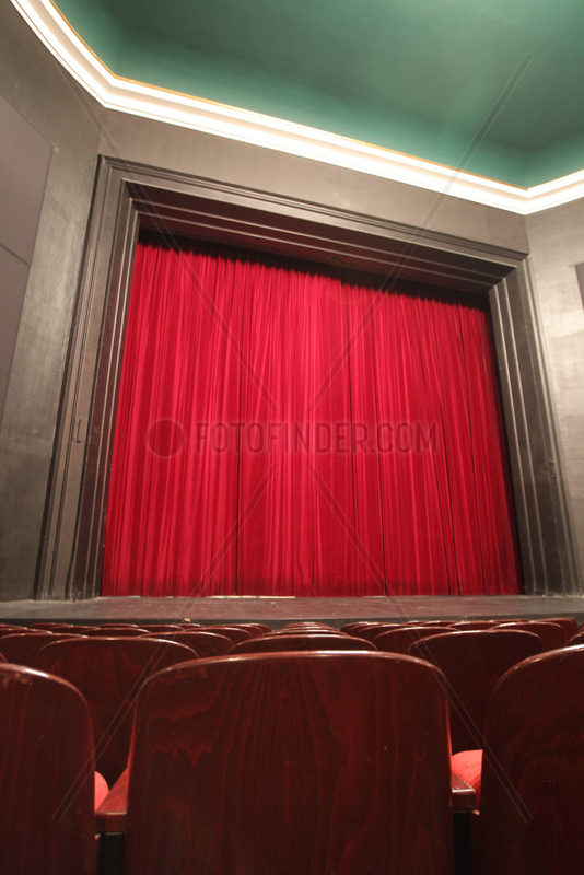 Flensburg,  Deutschland,  geschlossener roter Vorhang des Flensburger Stadttheaters