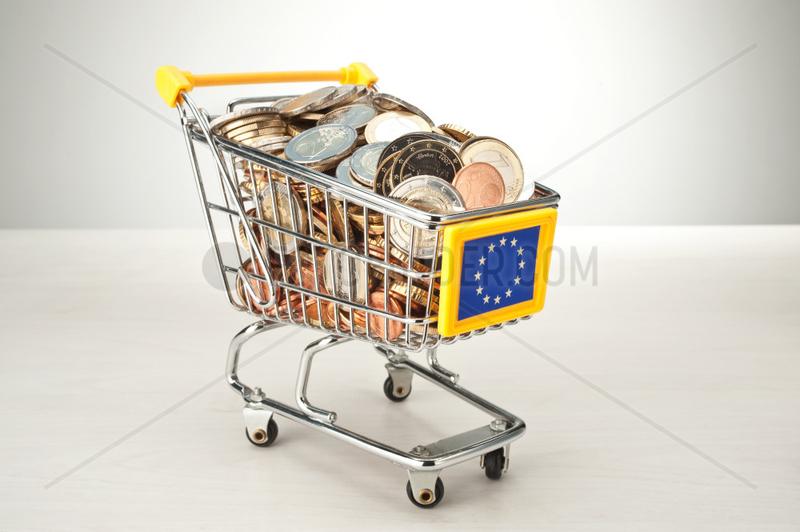 Hamburg,  Deutschland,  Euromuenzen in einem Einkaufswagen mit Europazeichen