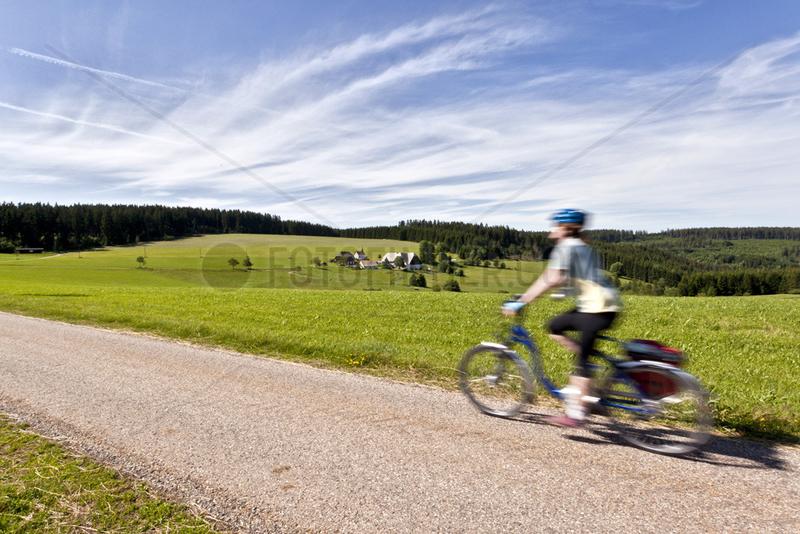 Radlerin auf dem Schwarzwald Panorama Radweg
