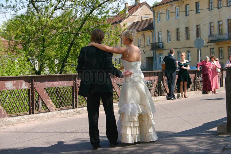 Lithuania. Vilnius. Hochzeitspaar auf eine Bruecke