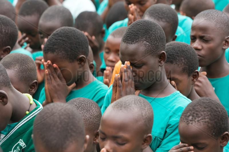 Bombo,  Uganda - Betende Schueler beim Schulappell auf dem Schulhof der St. Joseph's Bombo mixed primary school.