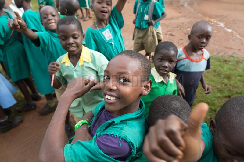 Bombo,  Uganda - Grundschueler in Schuluniformen feixen auf dem Schulhof der St. Joseph's Bombo mixed primary school.