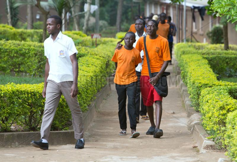 Bombo,  Uganda - Schueler des Don Bosco Vocational Training Centre Bombo tragen T-Shirts mit dem von Logo Don Bosco Mondo.