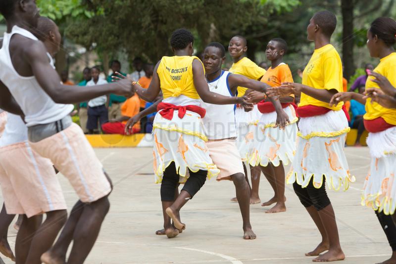 Bombo,  Uganda - Schuelerinnen und Schueler des Don Bosco Vocational Training Centre Bombo fuehren einen Tanz auf.