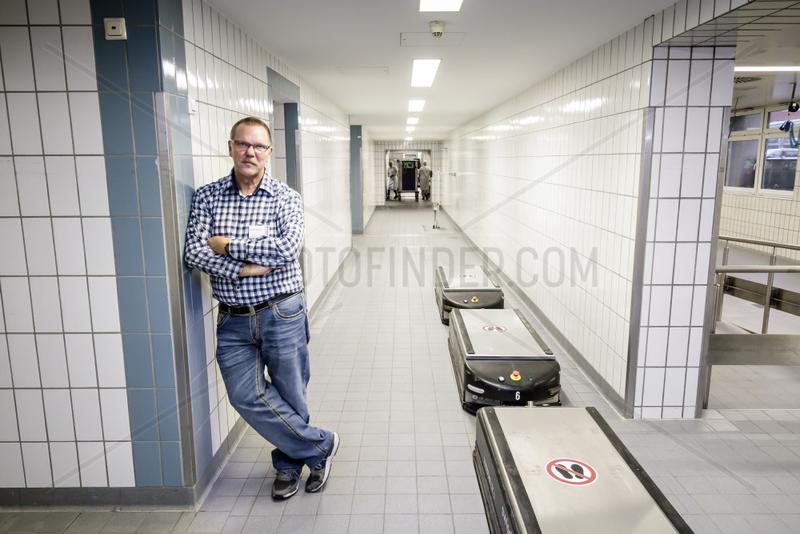 Guenter Klanke,  Betriebsratsvorsitzender bei der Augusta-Kranken-Anstalt gGmbH,  mit Transport-Robotern