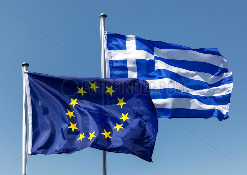 Berlin,  Deutschland,  Europaflagge und Flagge Griechenlands wehen im Wind