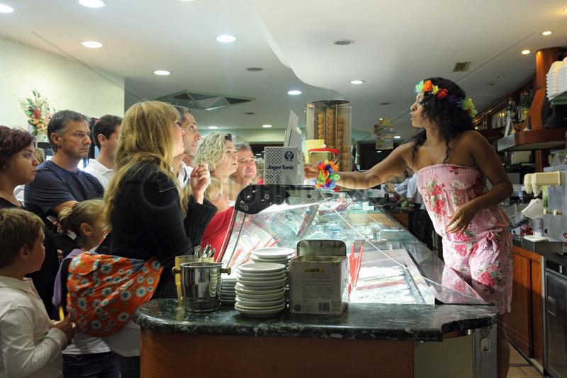 Acquapendente,  Italien,  Menschen in einer Eisdiele