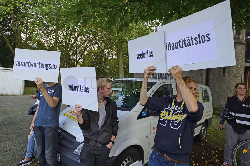 Deutschland,  Nordrhein-Westfalen - Informationsveranstaltung zum Thema Fluechtlinge,  dabei protestierende Anhaenger der Identitaeren Bewegung