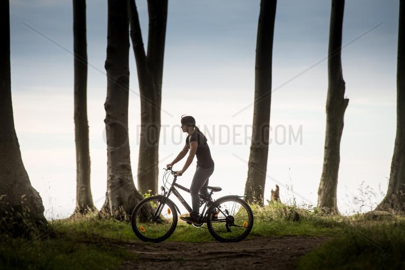 Nienhagen,  Deutschland,  Radfahrerin im Wald bei Nienhagen
