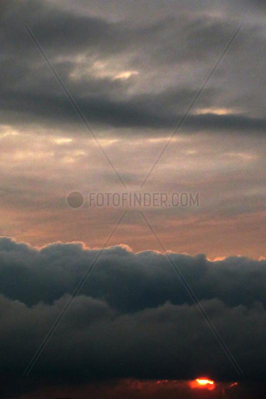 Berlin,  Deutschland,  Cumuluswolke (vorn) und Stratuswolken bei Daemmerung