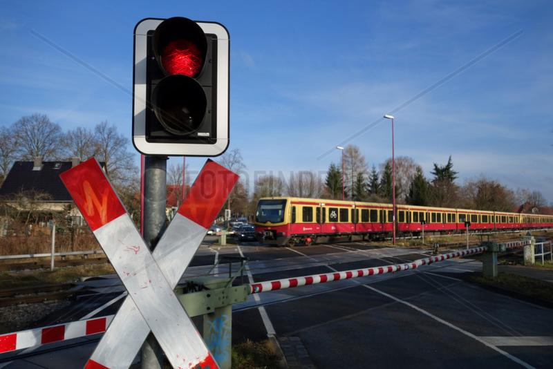 Neuenhagen,  Deutschland,  Andreaskreuz mit Warnampel und Schranke an einem Bahnuebergang