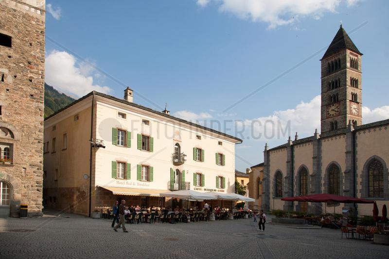 Puschlav,  Schweiz,  der Marktplatz mit dem Caffe Semadeni Garni und der Stiftskirche von San Vittore Mauro