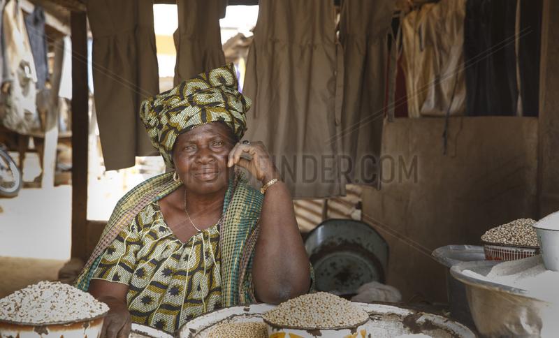 Marktfrau verkauft Mais,  Getreide auf dem Markt von Sokode