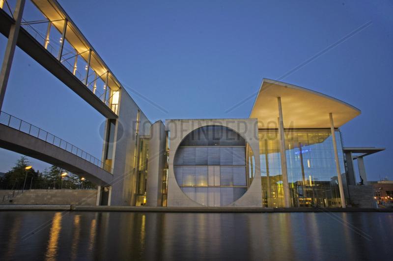 Deutschland,  Berlin,  Paul-Loebe-Haus an der Spree,  abends