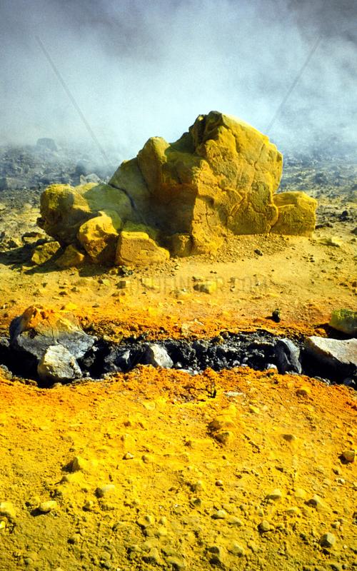 Schwefelausscheidung auf dem Krater,  Italien Insel Vulcano