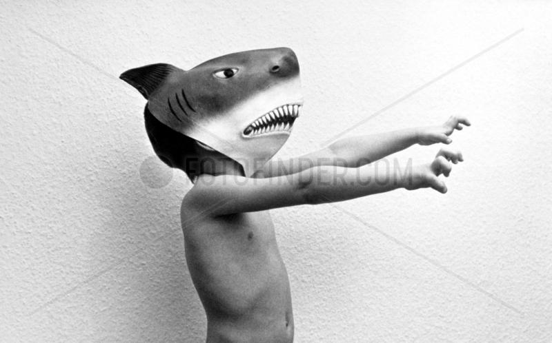 Kind mit Haifischkopf