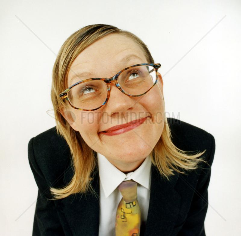 blonde Frau mit Anzug schaut gen Himmel