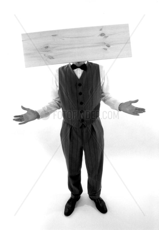 Mann mit Brett vorm Kopf