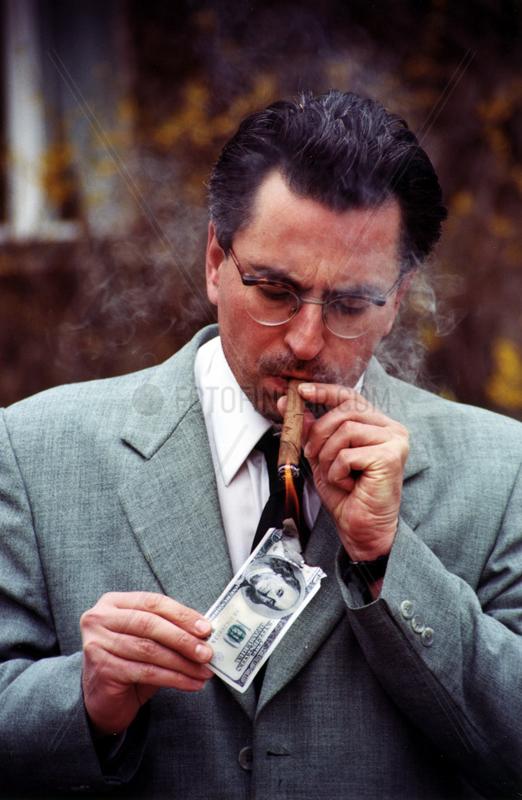 Zigarre Dollar Feuer brennt Reichtum