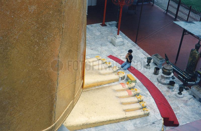 Thailand,  Bangkok,  Wat Indravihan,  díe Fuesse des grossen goldenen Buddha