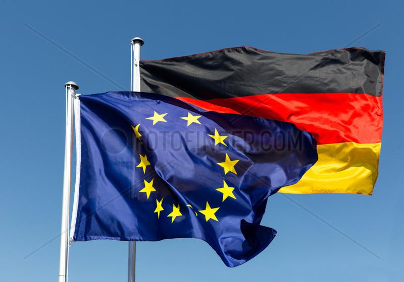 Berlin,  Deutschland,  Europaflagge und Bundesflagge wehen im Wind