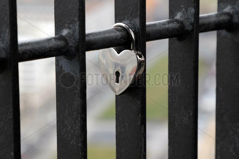 Berlin,  Deutschland,  Liebesschloss haengt an einem Gitter